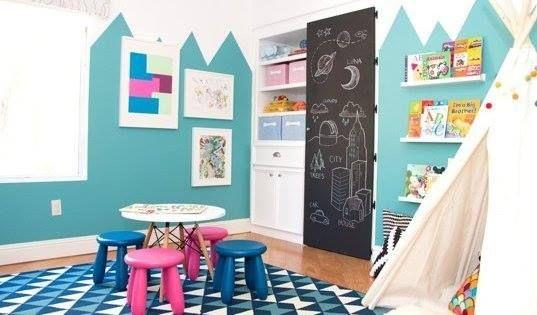 Una sala de juegos infantil con patrones geométricos
