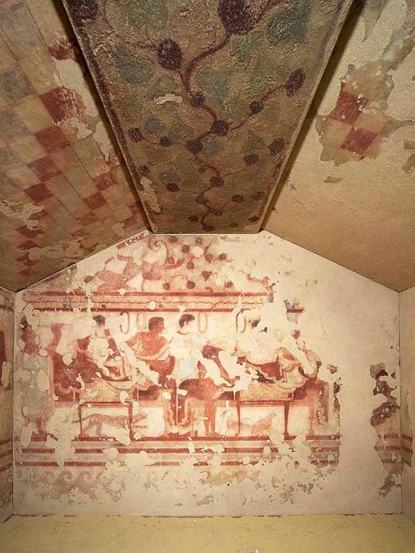 TUMBA DEL TRICLINIO La Tumba del Triclinio es una sepultura que data del año 480 a. C., construida por los etruscos. Es una de las más bellas tumbas, por sus magníficamente bien conservadas pinturas que se conocen de la civilización etrusca. Actualmente la ubicación del monumento funerario pertenece al territorio de la región del Lacio, en la provincia de Viterbo.