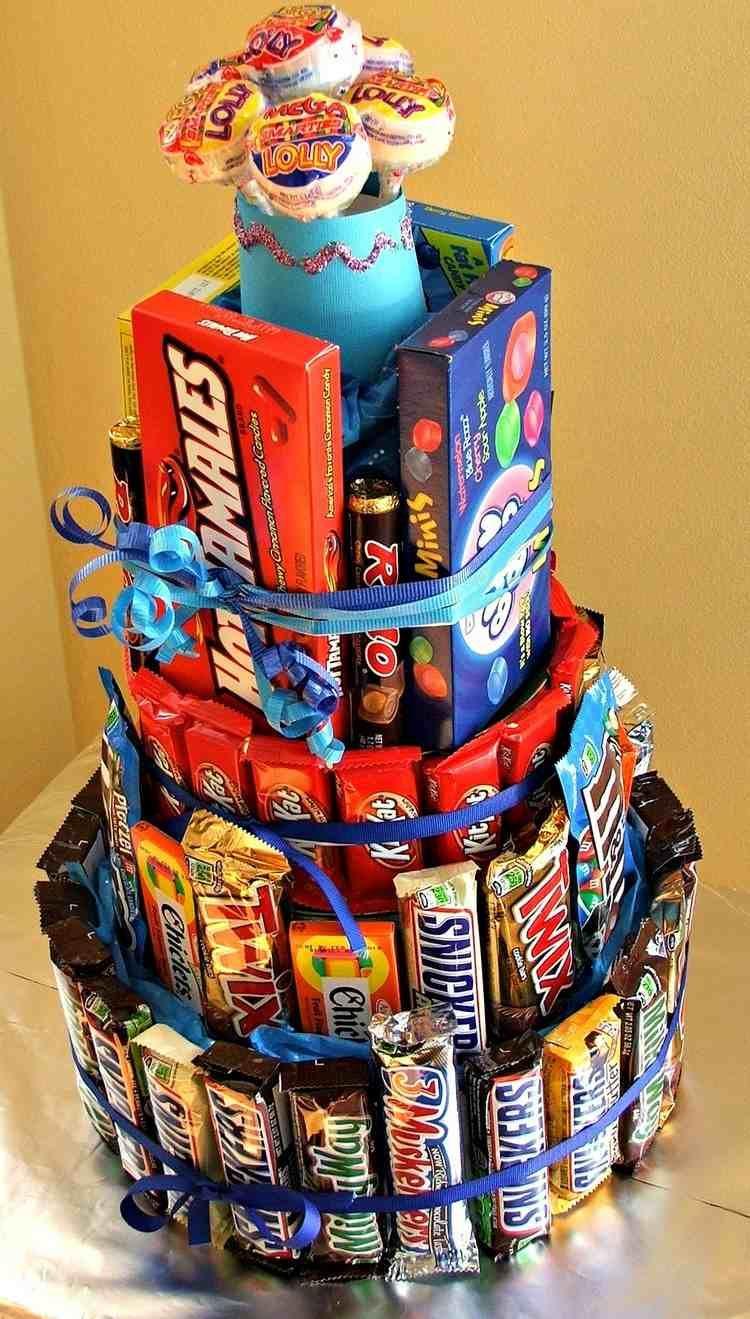 Große Torte aus unterschiedlichen Süßigkeiten | geschenkidee ...