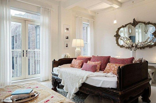 Miranda Kerr S Apartment In New York Features An Ornate Mirror And Carved Wooden Couch Love Boutique