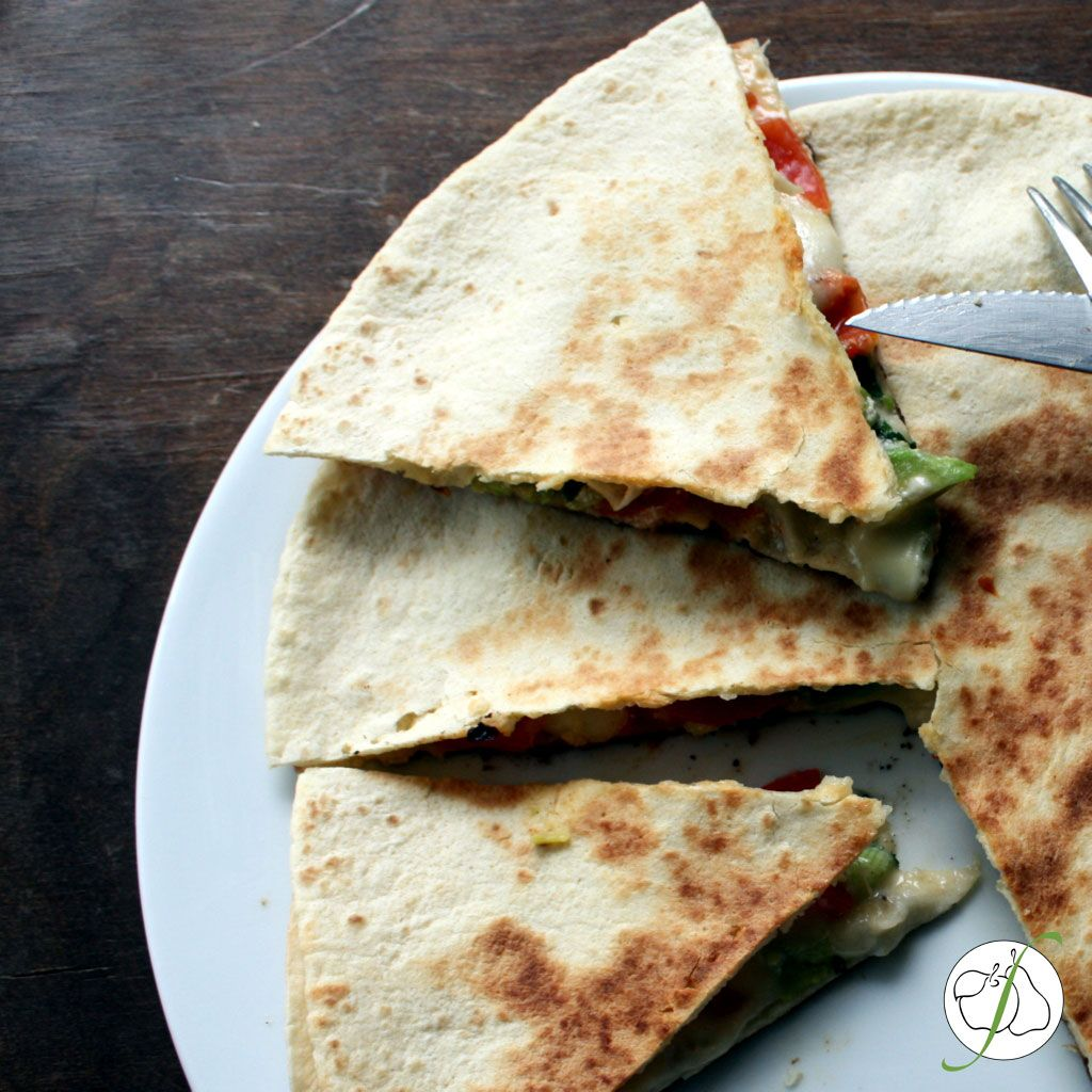 Quesadilla mit Avocado und Mozzarella.