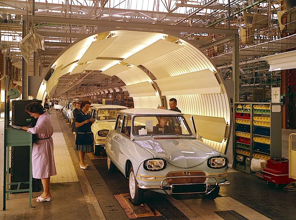 cha ne de montage de la citro n ami 6 l 39 usine de rennes 1965 citro n ami 6 assembly line. Black Bedroom Furniture Sets. Home Design Ideas