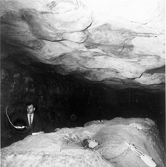 Visitantes de la cueva de Altamira, en una fotografía de los años 50 del siglo pasado.