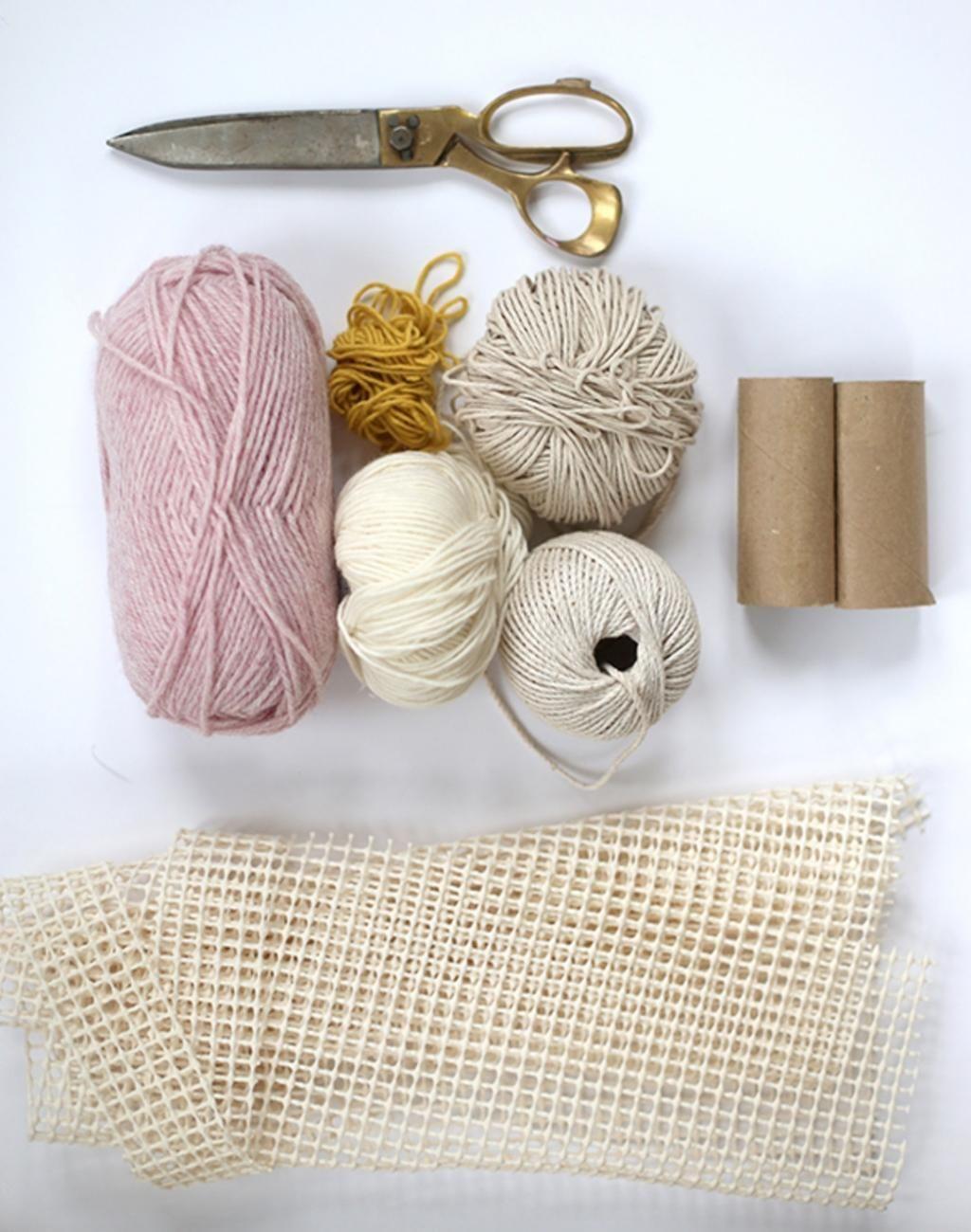 assise devant la t l elle enroule la laine sur des rouleaux en 2 heures elle a un adorable. Black Bedroom Furniture Sets. Home Design Ideas