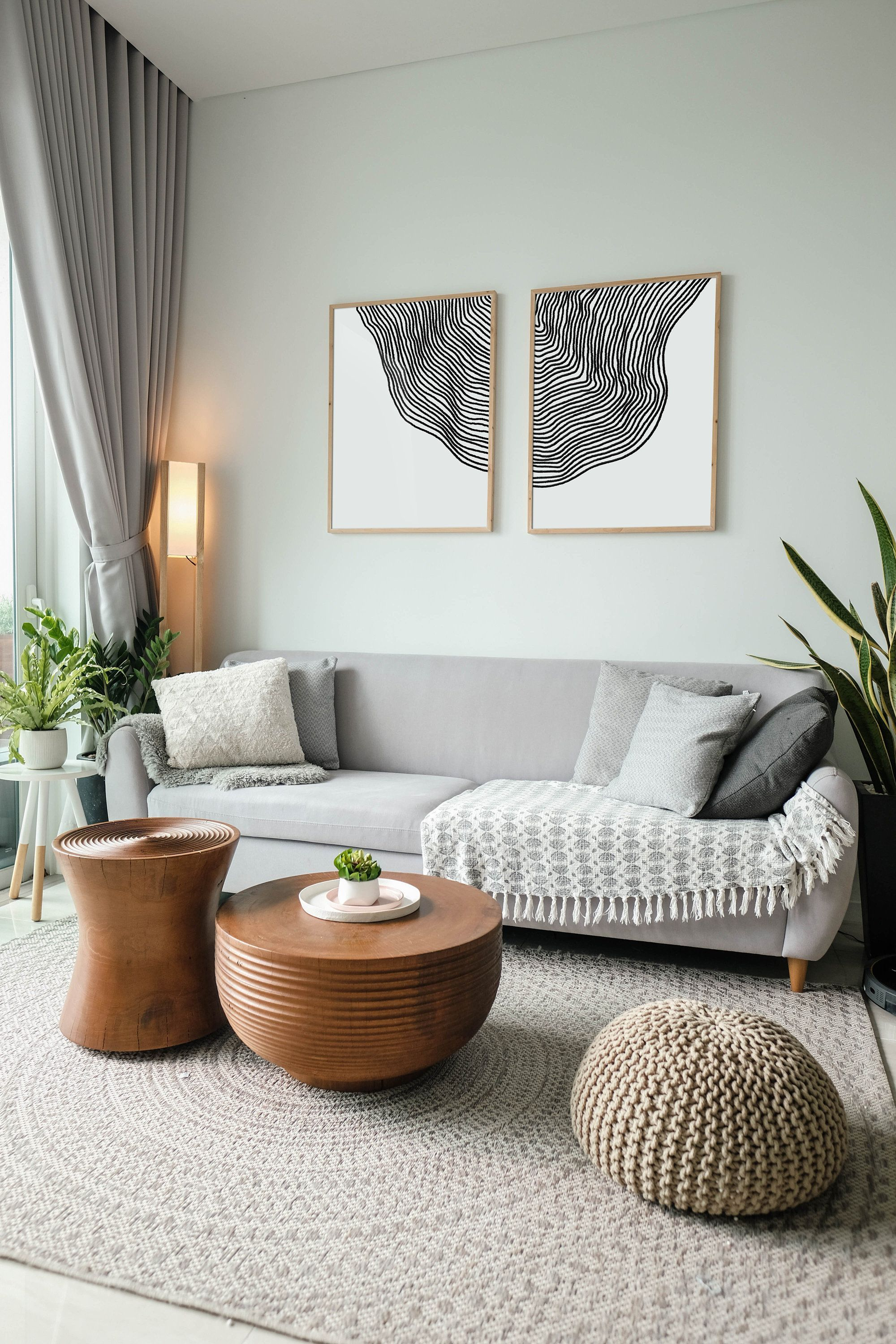 CONTEMPORARY LIVING ROOM WITH TIMELESS PIECES