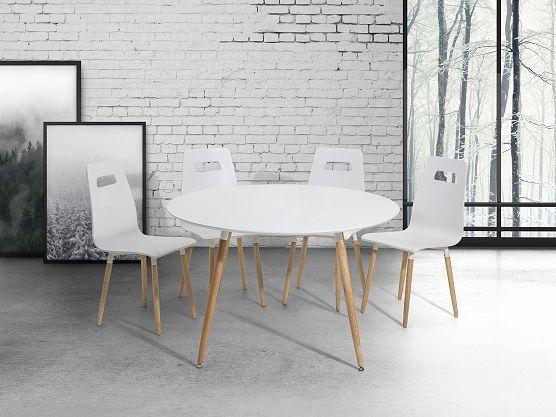 Mooie ronde tafel met bijpassende stoelen in scandinavisch design