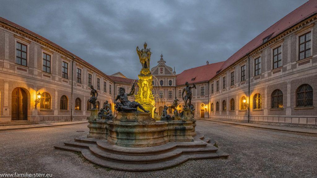 Brunnenhof der Münchner Residenz   Hof, Brunnen, Stadtschloss