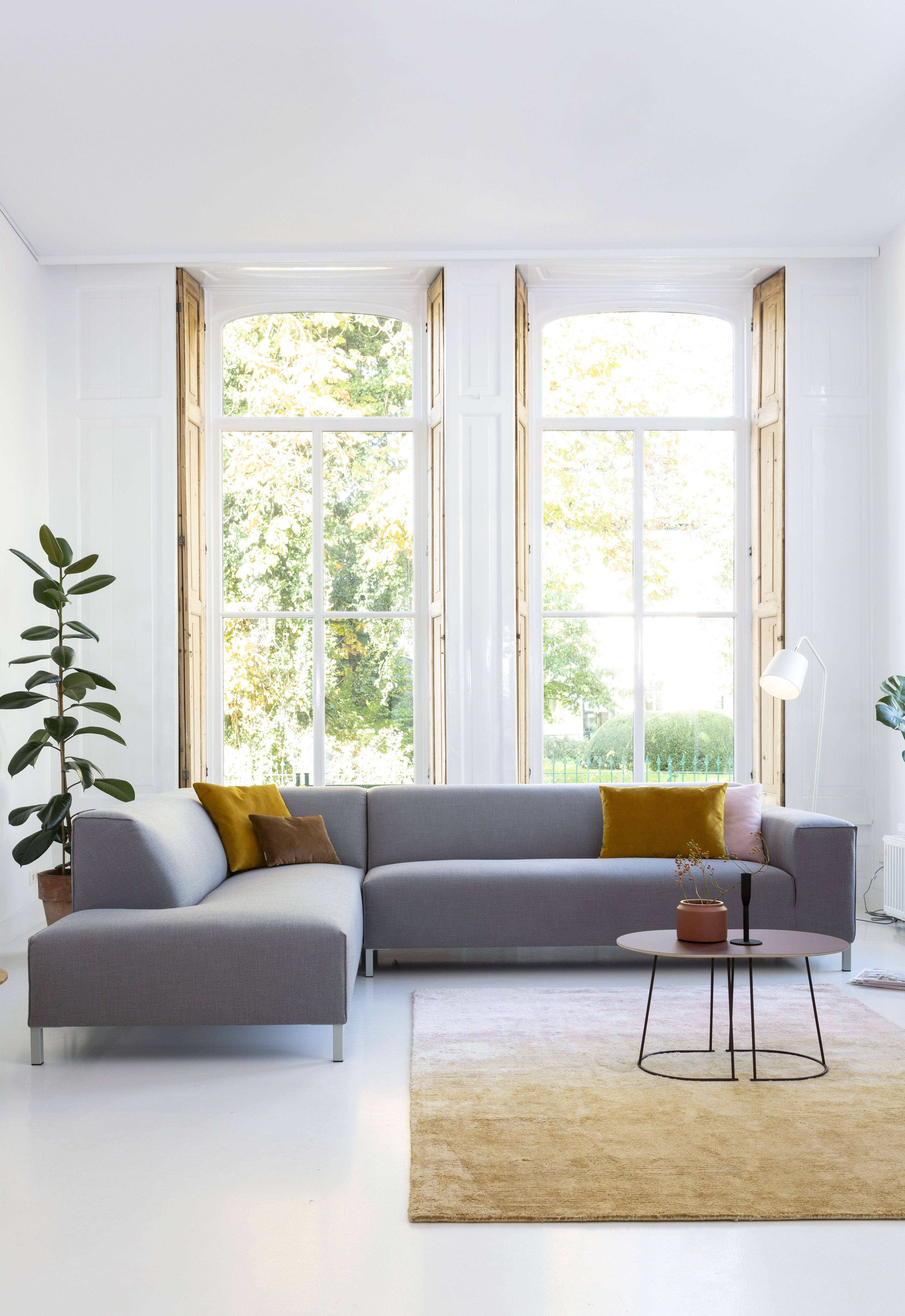 It S About Romi Citylights Barcelona Iron Floor Lamp In White Also Available In Teal Blue And Black Photo By Sidde Itsabo Hoekbank Interieur Thuisdecoratie