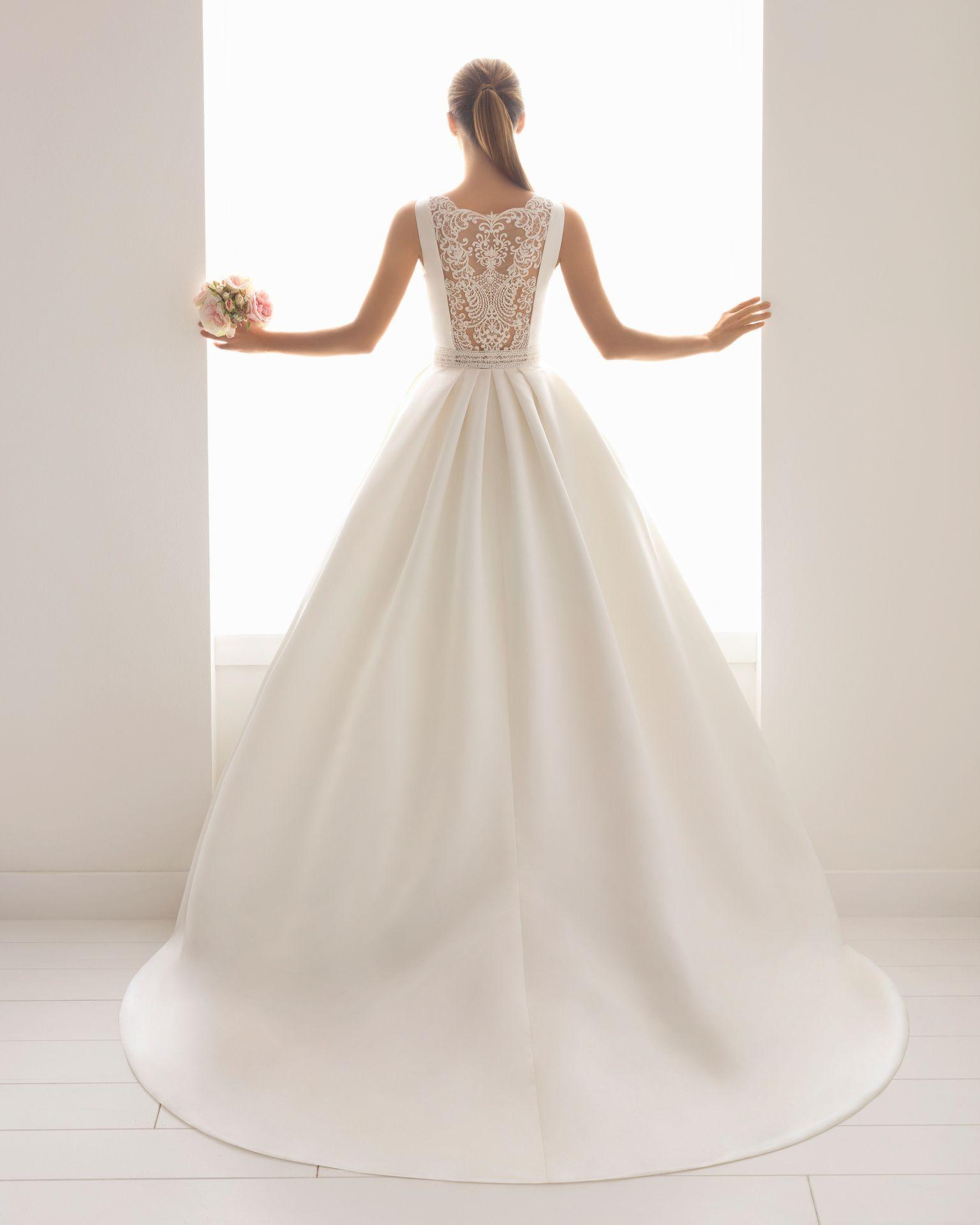 Klassisches Brautkleid aus Satin und Spitze mit Strassbesatz und U ...