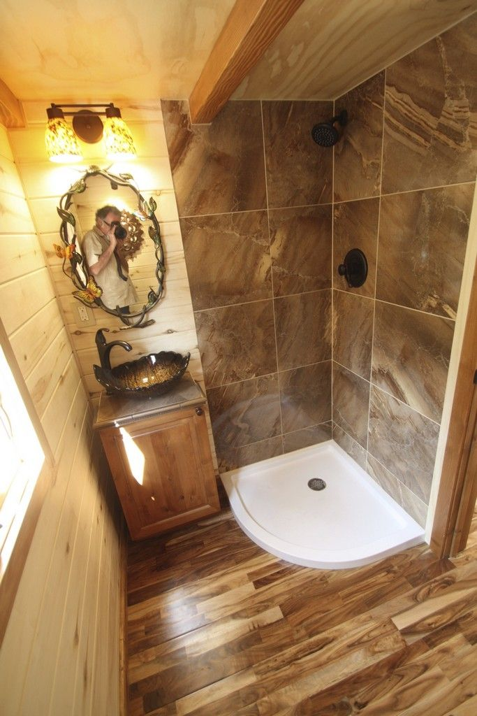 Charmant Tiny House Bathroom With Tile In The Shower Stall And A Unique Sink.