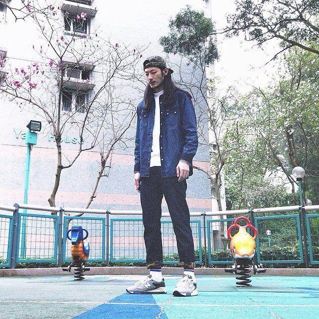 本地潮流雜誌御用男模志偉 Wayne Lau Chi Wai 用波鞋襯出101+ 的優閒一面,簡單中滲透出無拘無束的生活態度。  Instagram: @waynelauchiwai