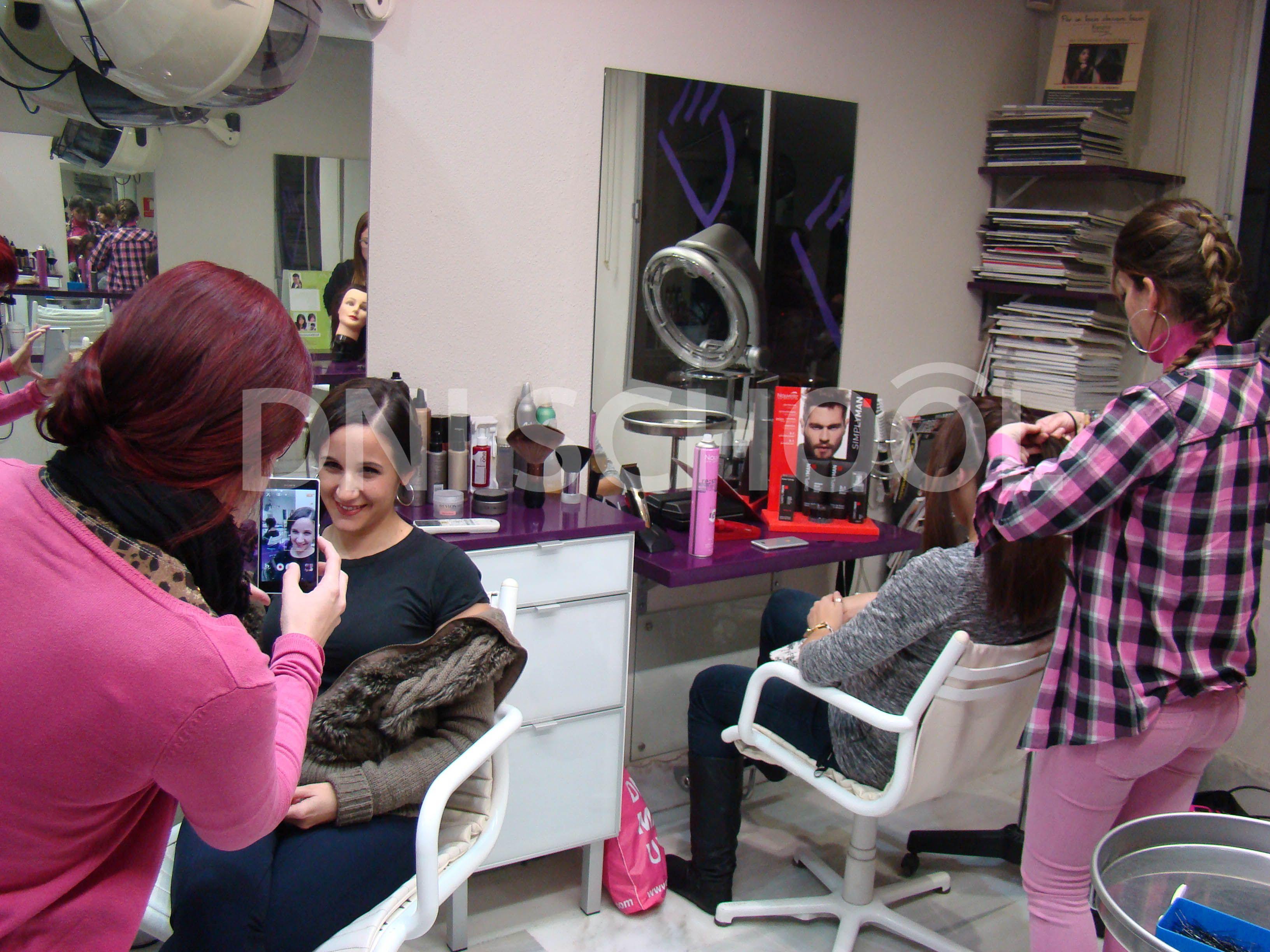 Nuestros alumnos del Master de Maquillaje de 18 meses de DNI SCHOOL Málaga han concluido la formación de Peluquería en escena. Para ello se desplazaron al Centro de Alto Rendimiento Divos en el que su director Manuel Santos transmitió al alumnado todas las técnicas necesarias para preparar el cabello en sus futuros trabajos de Maquillaje.