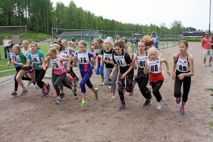 Riksun koululaiset juoksivat helteisen maastokisan | Aamuposti 25.5.16, kuva Jarmo Myllynen
