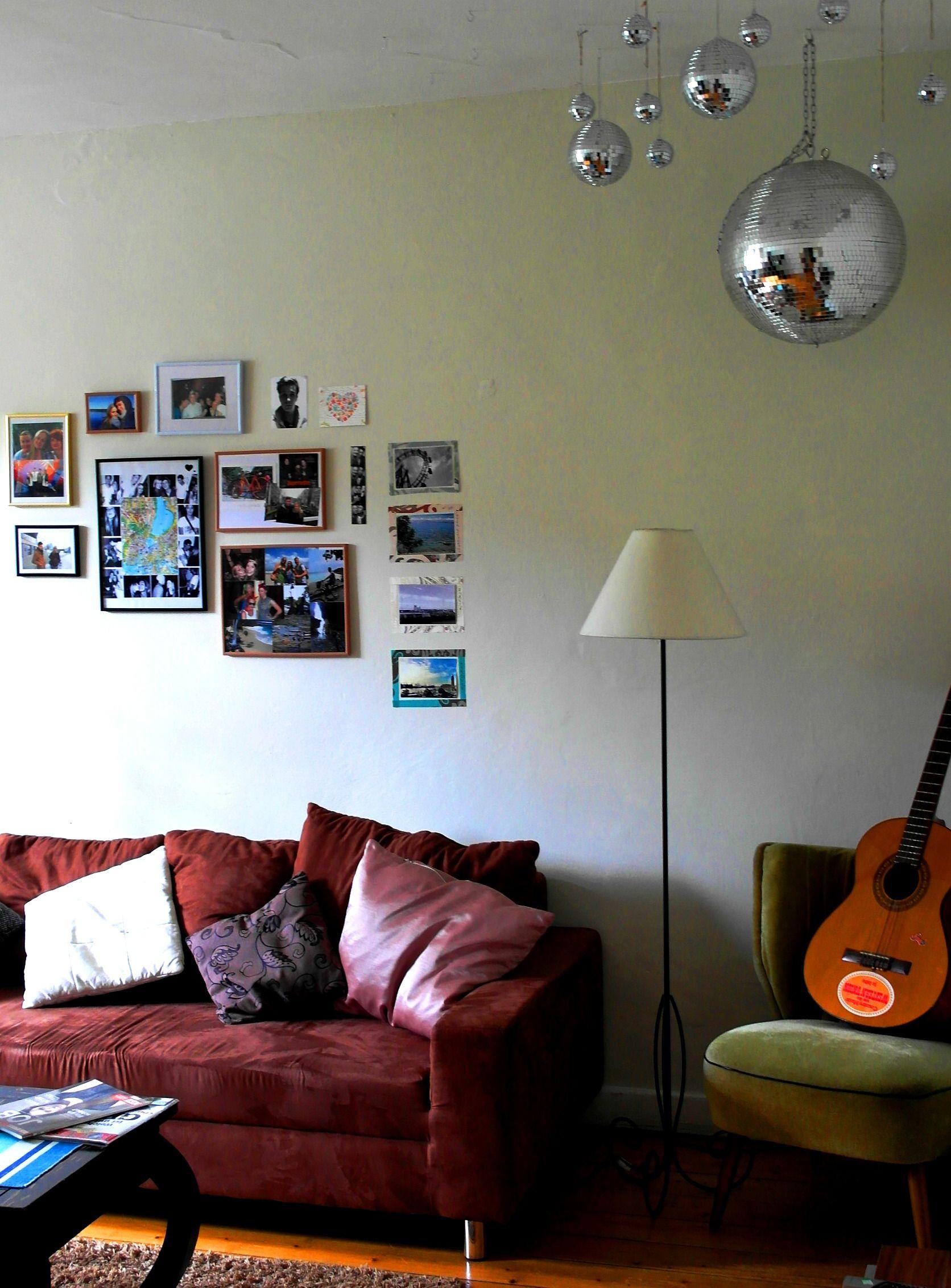 Wohnzimmer Bilderwand Discokugeln Vintage