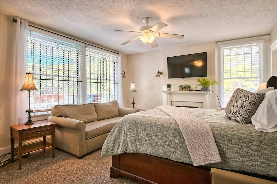 Centrally Located Savannah Home Up To 6 Guests Apartments For Rent In Savannah Georgia United States Apartments For Rent Home House Beds