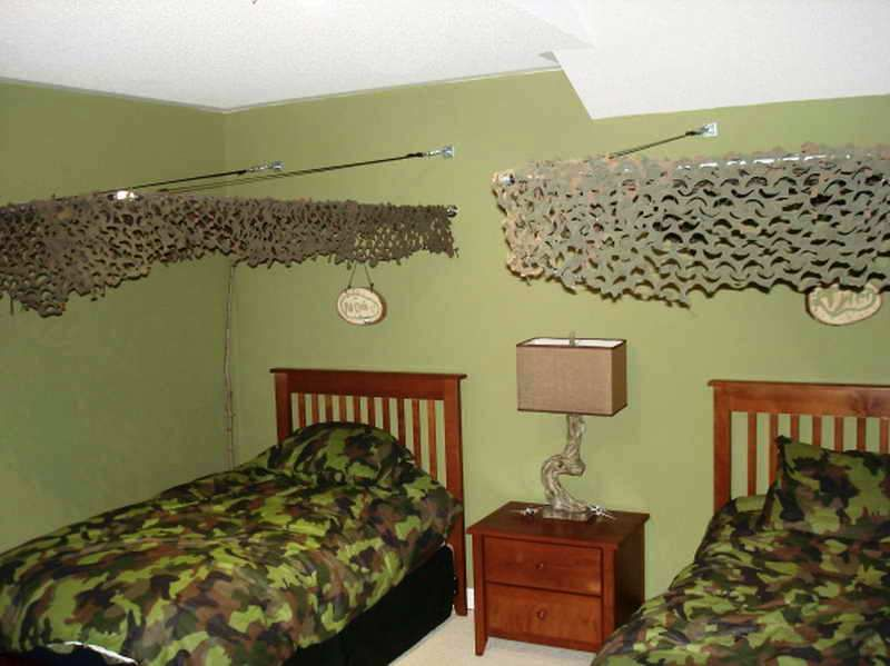 Superbe Army Bedroom Décor With Wooden Cots