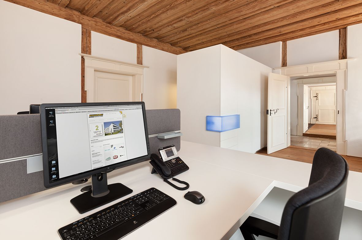 Ergonomischer bürostuhl holz  ergonomischer Bürostuhl, Schreibtsich, Monitor, Schrank, Stauraum ...