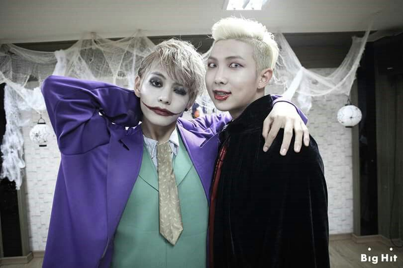 V ROCKED THE JOKER LOOK WHEN HE WAS IN THE STYLIST CHAIR HE WAS JUST WEARING LOOSE CLOTHES AND HE HAD HIS MAKEUP AND HAIR DONE AND HE LOOKED HOT AF