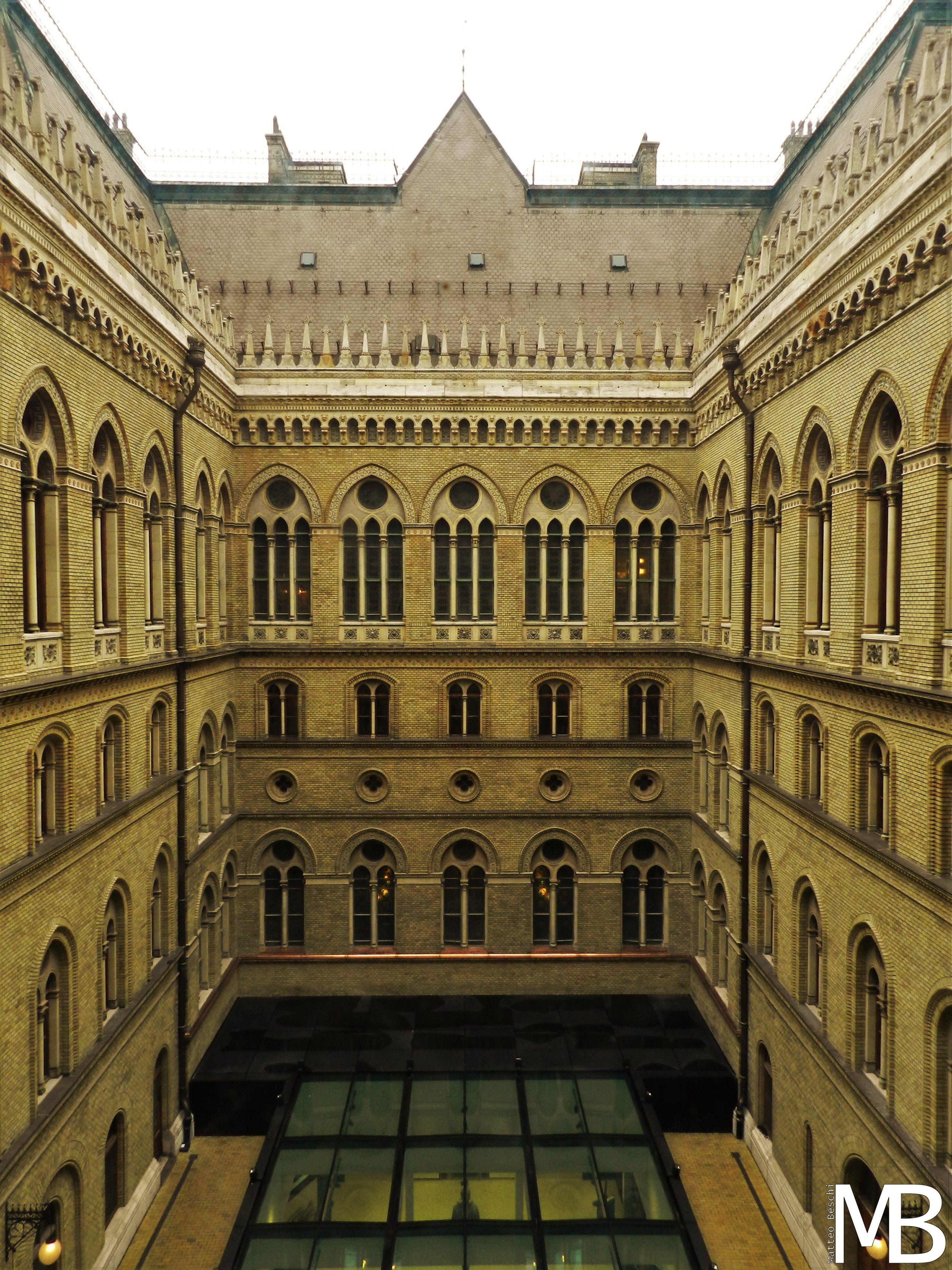 cortile interno del palazzo del parlamento