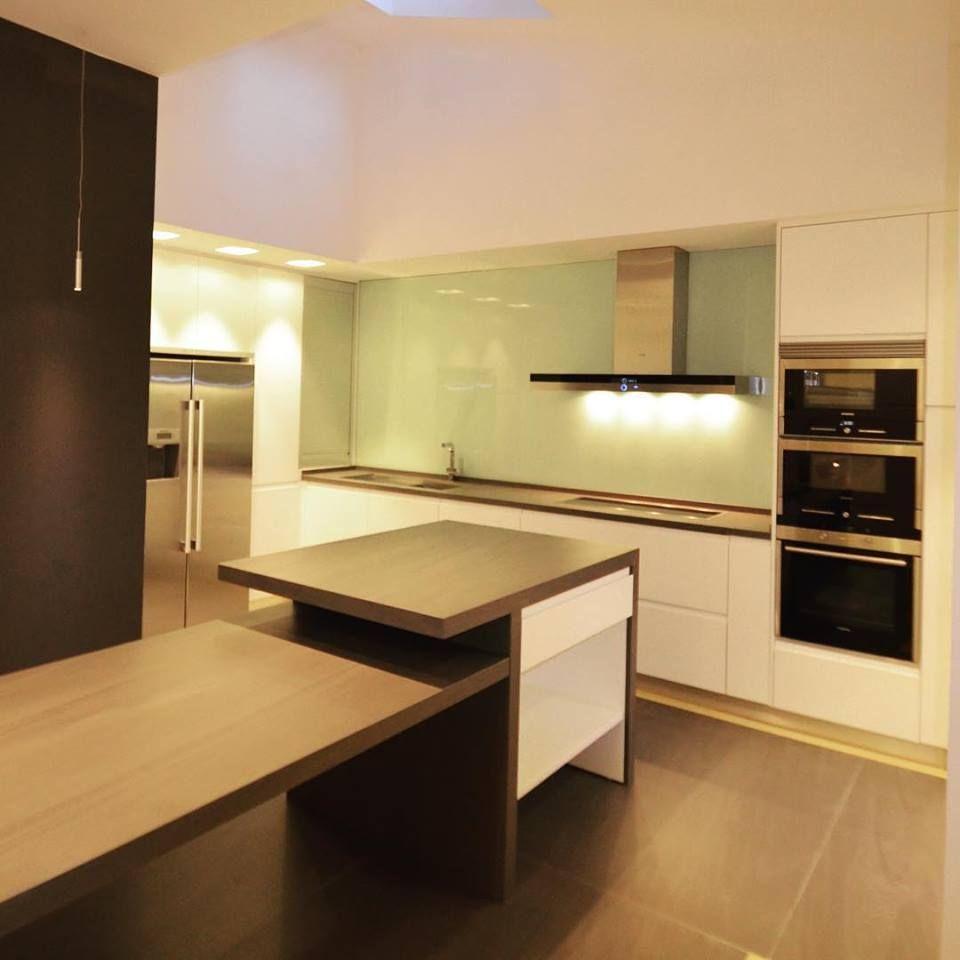 Cocina en madrid muebles lacados en brillo encimera - Mesa cocina diseno ...
