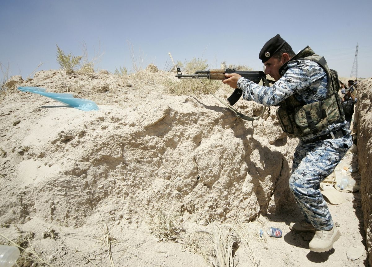 A member of the Iraqi security forces takes position during a patrol looking for militants of the Islamic State of Iraq and the Levant (Isis) at the border between Iraq and Saudi Arabia       (1200×862)