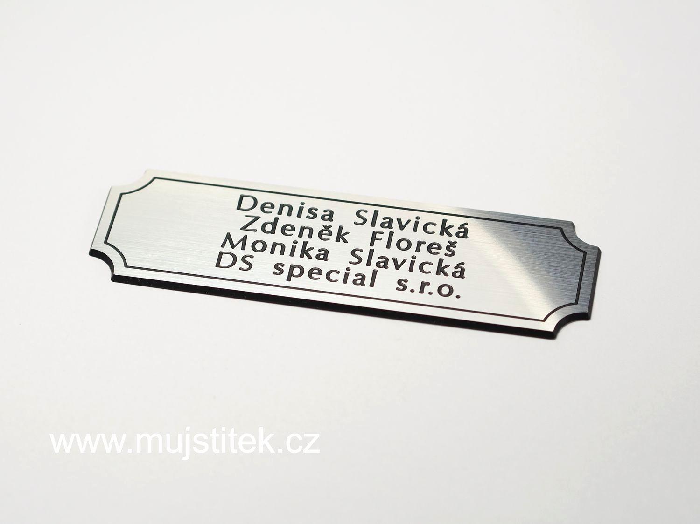Na velmi malou cedulku lze vyrýt i čtyři řádky textu ... http://www.mujstitek.cz/plastove-jmenovky/92-plastova-jmenovka-na-dvere-stribrna-typ-d.html