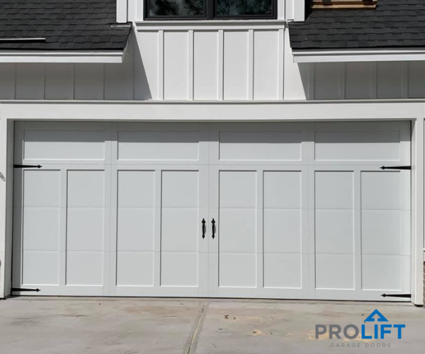 This White Garage Door Looks Like A Swing Out Type When Actually It S A Modern Overhead Carriage House Gara White Garage Doors Garage Door Design Garage Doors