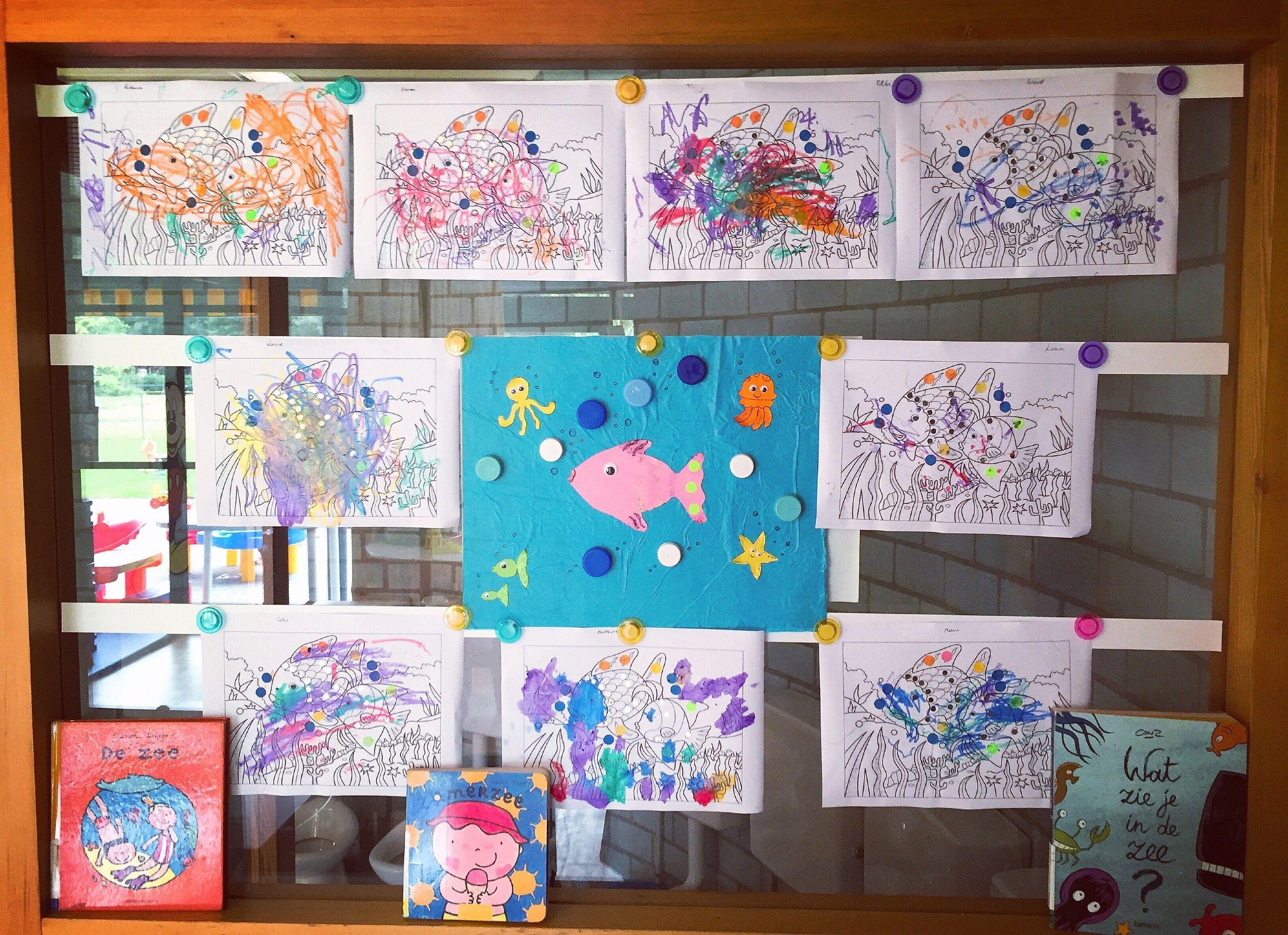 """Ons """"Diep in de zee"""" thema bord met aangepaste boekjes #kinderdagverblijf #groepswerk #zee #zeedieren #bubbels #water"""