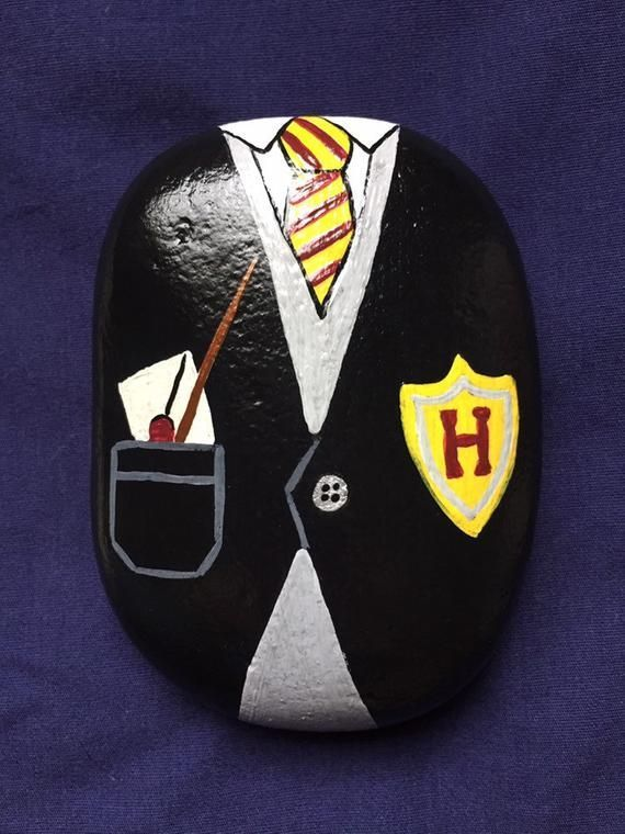 Articoli simili a Harry Potter Painted Rock - Grifondoro Painted Stone - Hogwarts ...