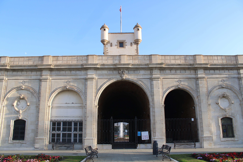 parte trasera de puertas de tierra en Cádiz