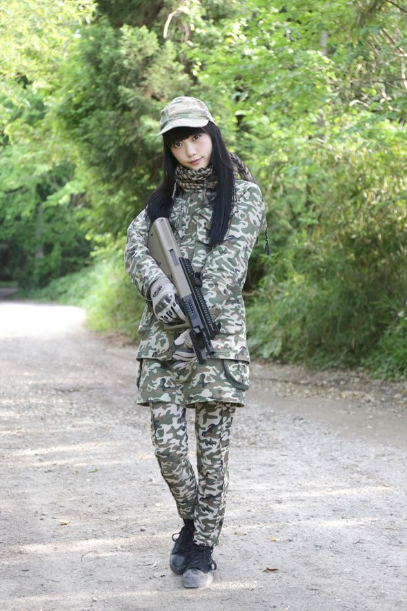The Japanese girls with airsoft guns shooting very pity