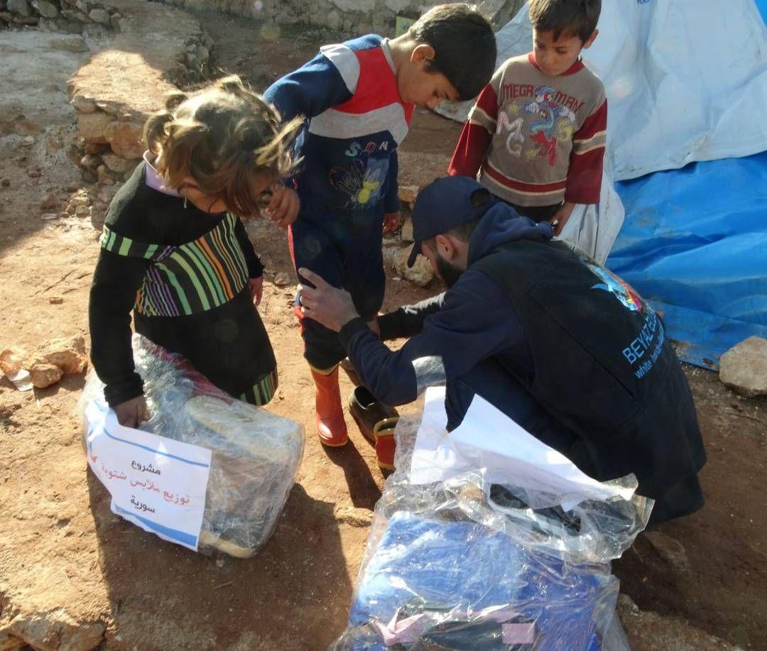 جمعية الأيادي البيضاء استمرارا لحملة دفء2 يقوم فريقنا في ريف إدلب بتوزيع كسوة أطفال على الأسر النازحة من ريف حلب الجنوبي وتستمر حملاتنا الإغاثية خلال
