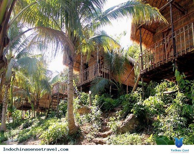 Đảo Koh Rong mang vẻ đẹp hoang sơ với những bờ cát trắng trải dài và nước biển xanh trong. Xem thêm: http://indochinasensetravel.com/du-lich-campuchia-voi-thien-duong-bi-bo-quen-koh-rong-niem-tu-hao-cua-campuchia-n.html