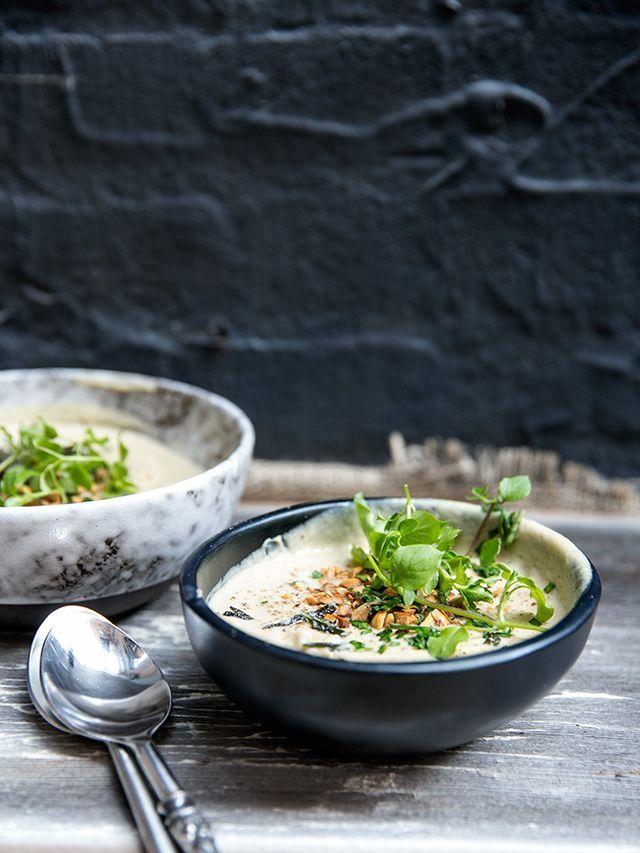 Blomkåls- och hasselnötssoppa med stekt salvia