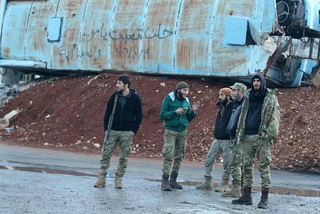 Kapinallistaistelijoita Aleppon Bab al-Hadidin kaupunginosassa. (KUVA: ABDALRHMAN ISMAIL)