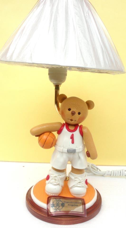 Lampara osito basquetbolista modelado en porcelana fria.