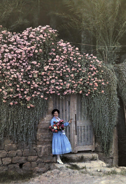 Una mujer se inclina en la entrada a uno de los jardines de bordighera en italia 1928 - Los jardines de lola ...
