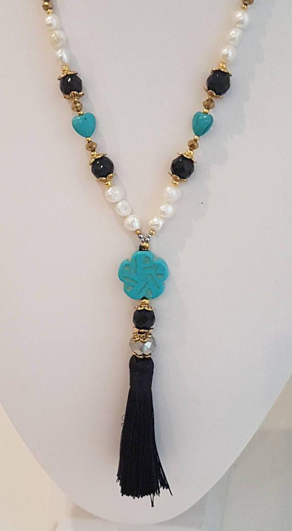 940f9fbe5521 Collar Largo Estilo Boho con Perlas y Cristales Dorados y Colgante de Flor  y Borla.