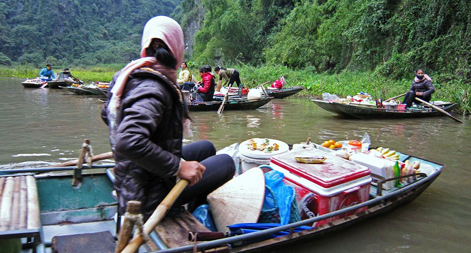 Tam Coc and local vendors. #tamcoc #ninhbinh #travel #tourist #boat #wander