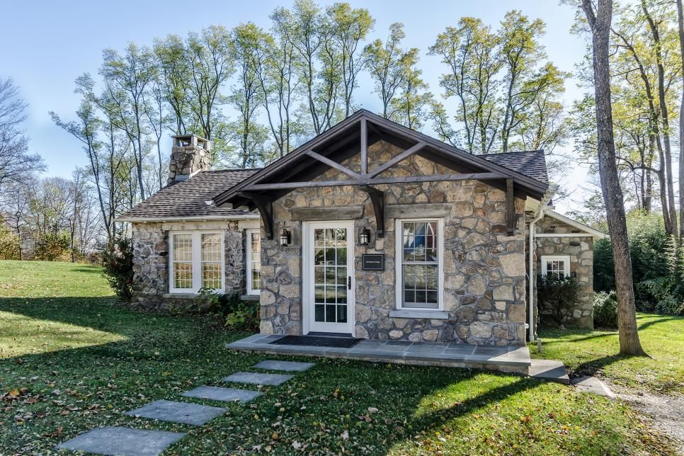 Kelly And Co Designed This Cottage To Have A Rustic Feel While Bring Modern Amenities Into This Charming Space T Stone Cottage Stone Cottages House Exterior