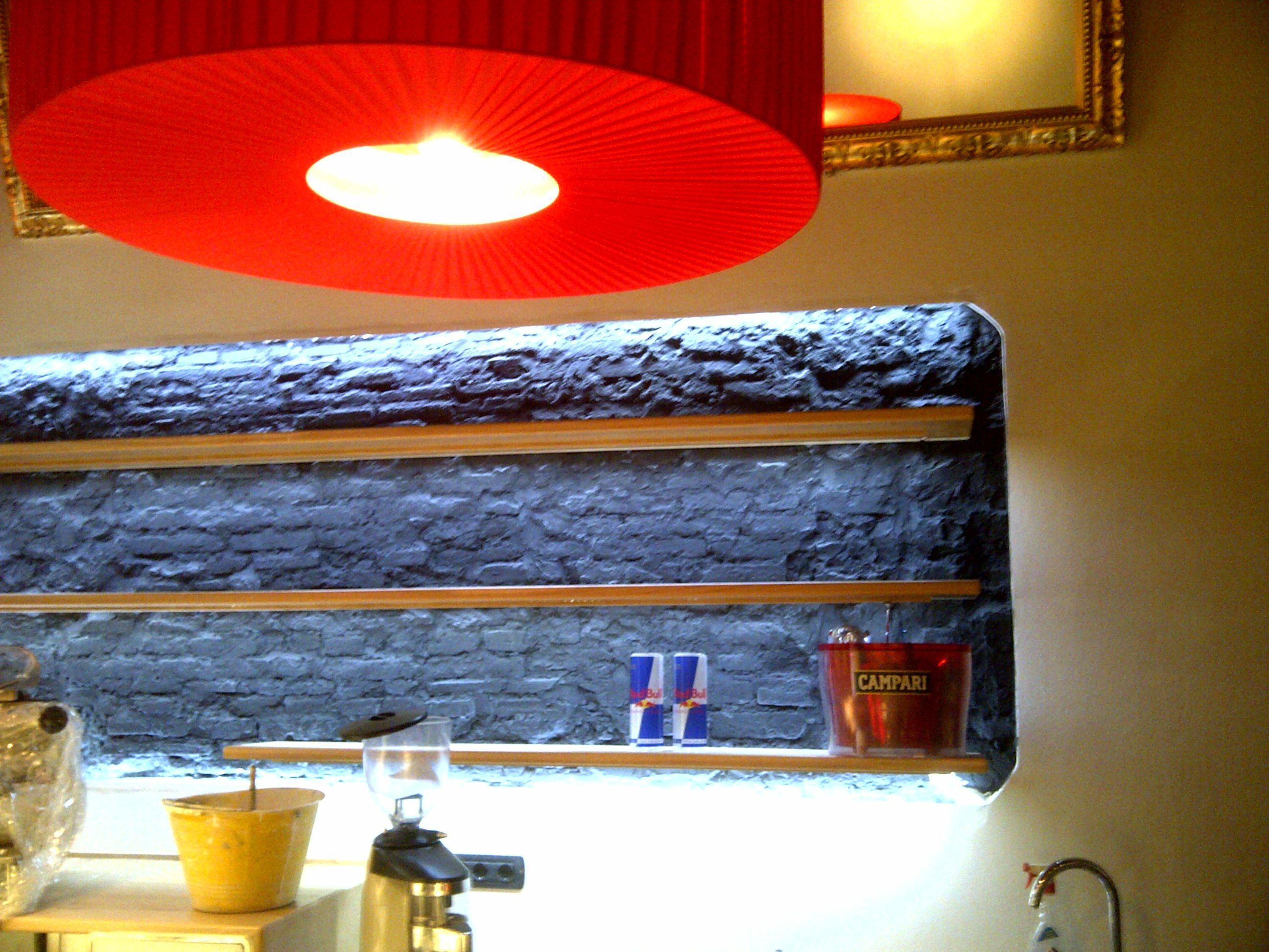 Dettaglio trattamento parete com led e tinte su struttura originaria con mensole expo in rovere.Ristrutturazione in palazzo storico del 1600 per Gallery art bar.