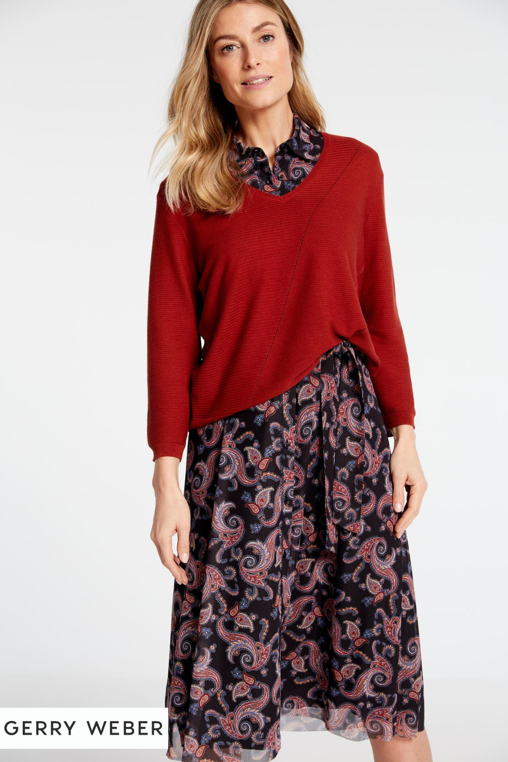 Herbstoutfit Midi Kleid mit Paisleymuster + roter Pullover ...