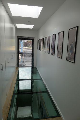 Couloir aménagé avec plancher de verre | PUIT DE LUMIERE ...
