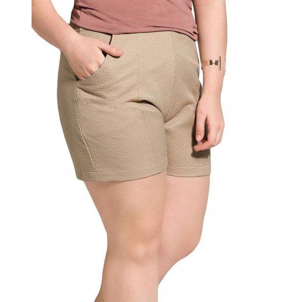 33bb5efd9 Short Plus Size Quintess em Jacquard Bege O short em jacquard tem modelagem  clássica e cor