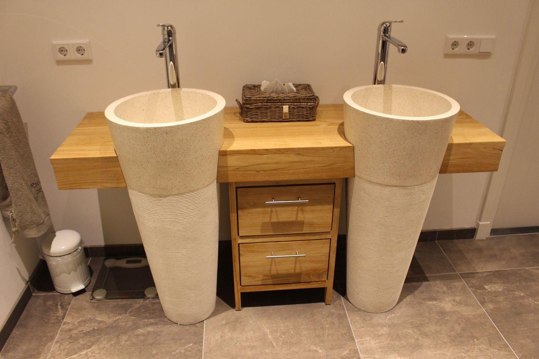 Teakhouten badkamermeubel met 2 cremekleurige waszuilen van ...