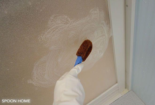 洗剤とスポンジでは落ちない お風呂場ドアの白い汚れの落とし方を写真