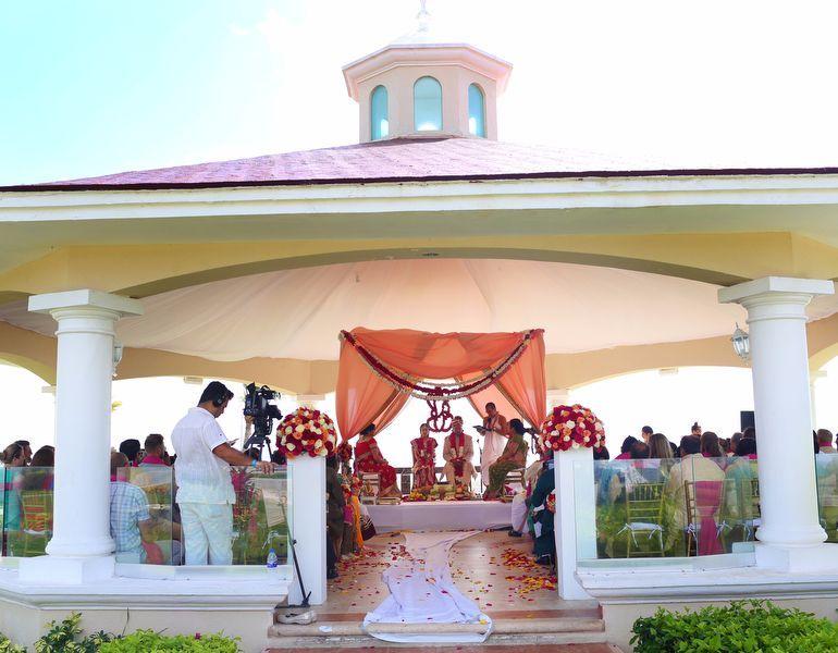 Simple Yet Stylish Outdoor Mandap Setup For Hindu Wedding At Moon Palace Cancun Destinationwedding Hindu Wedding Wedding Photo Gallery Indian Wedding Photos