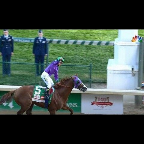 California Chrome wins wearing Green and White with a 5 that looks like a Spartan S!
