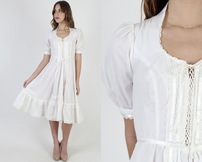 White Gunne Sax Dress With Corset Tie Bodice Vintage 1970s Plain Country Wedding Dress Solid Color Full Skirt Sweetheart Midi Mini Dress In 2021 Gunne Sax Dress Dress With Corset Sax Dress [ 2400 x 3000 Pixel ]