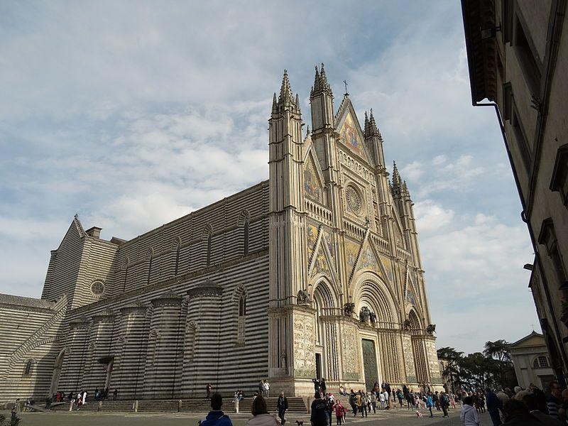 Cartedral de Orvieto (Italia), siglo XIV. Es una contestación al exceso decorativo del gótico con el juego cromático horizontal de la fachada.